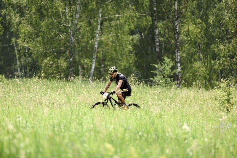 Orel, Russia, il 15 giugno 2019: concorso del ciclo XCO del paese trasversale della tazza del redBike Giovane che cicla attravers fotografia stock