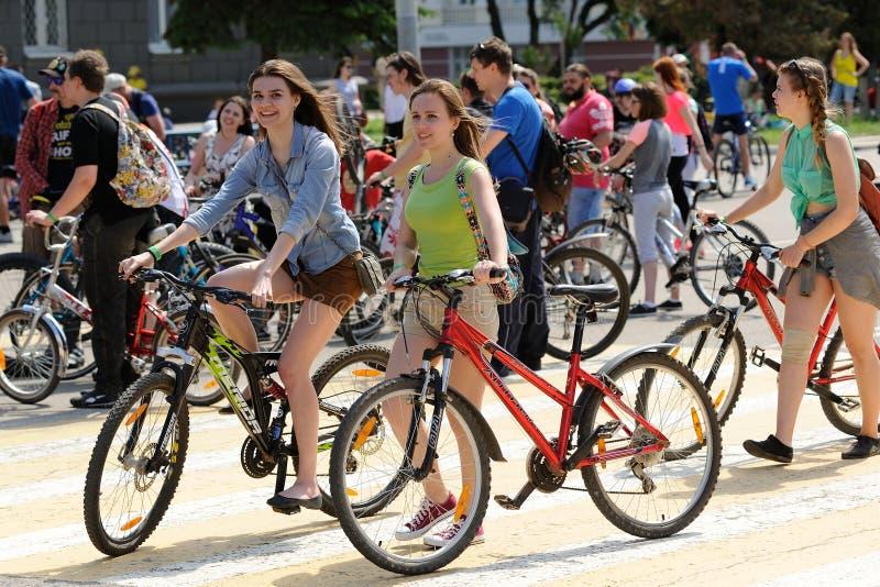 Orel, Russia - 29 maggio 2016: Russo Bikeday a Orel Ridi delle ragazze immagine stock