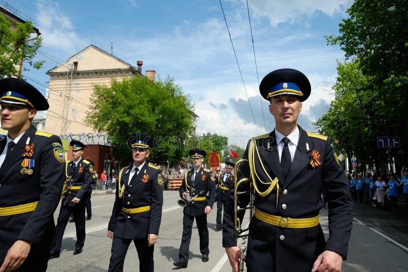 Orel, Russie, le 9 mai 2019 : Victory Day, d?fil? immortel de r?giment Orchestre militaire marchant devant la foule avec des bann image libre de droits