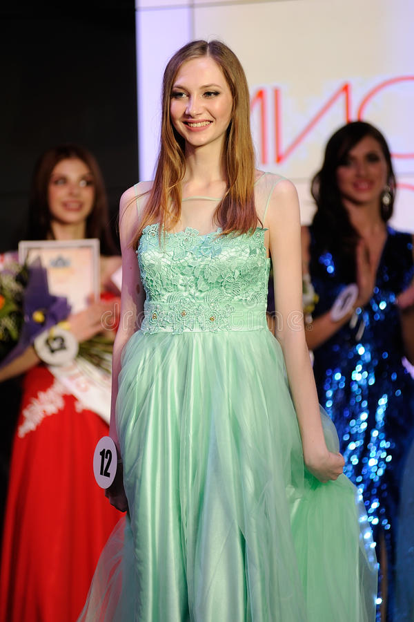 Orel, Russland - 20. Dezember 2015: Schönheitswettbewerb 2015 Fräuleins Orel lizenzfreie stockfotografie