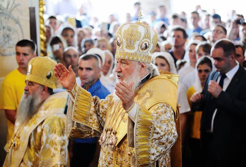 Orel, Russland, am 28. Juli 2016: Russland-Christianisierungsjahrestag göttliche Liturgie Patriarch Kirill, der vor großer Menge  lizenzfreie stockfotos