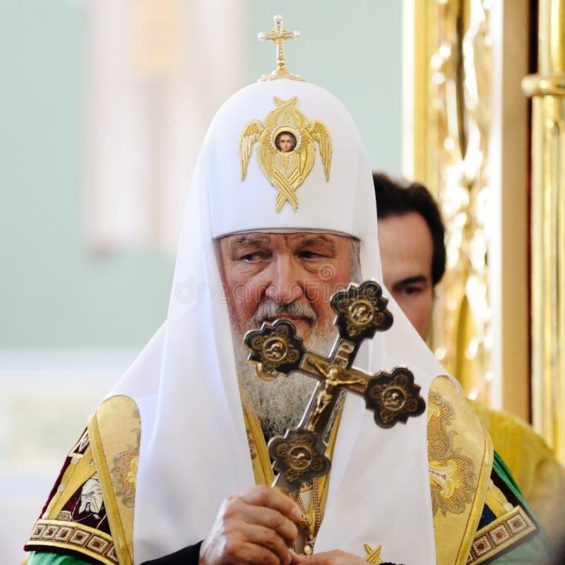 Orel, Russland, am 28. Juli 2016: Russland-Christianisierungsjahrestag göttliche Liturgie Patriarch Kirill mit großem Kreuz stockfotos