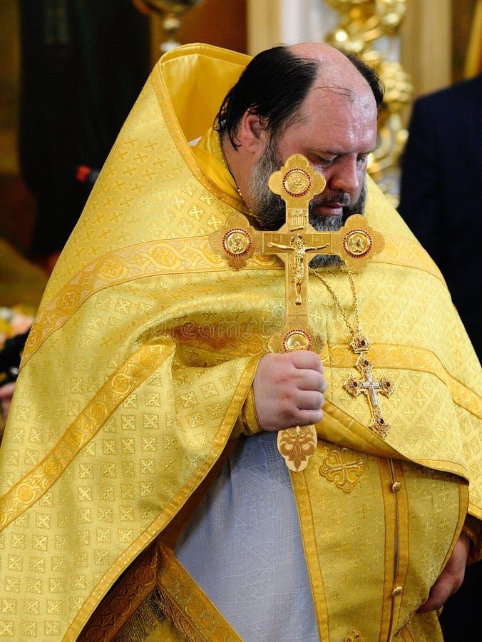 Orel, Russland, am 28. Juli 2016: Russland-Christianisierungsjahrestag göttliche Liturgie Priester in der goldenen Robe mit große stockfoto