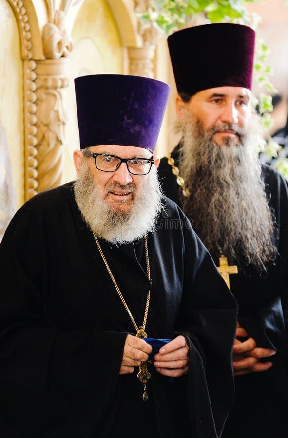 Orel, Russland, am 28. Juli 2016: Russland-Christianisierungsjahrestag göttliche Liturgie Ältere Mönche mit langen grauen Bärten  lizenzfreie stockbilder