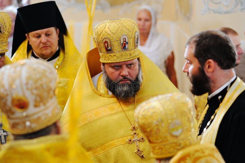 Orel, Russland, am 28. Juli 2016: Russland-Christianisierungsjahrestag göttliche Liturgie Düsterer Priester in der goldenen Robe stockfoto