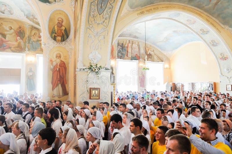 Orel, Russland, am 28. Juli 2016: Russland-Christianisierungsjahrestag göttliche Liturgie Enorme Menge von Leuten im Innenraum de stockfotografie