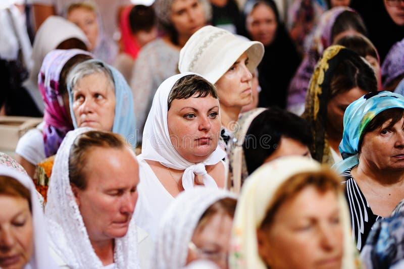 Orel, Russland, am 28. Juli 2016: Russland-Christianisierungsjahrestag göttliche Liturgie Frauen in der orthodoxen Kirche lizenzfreies stockbild