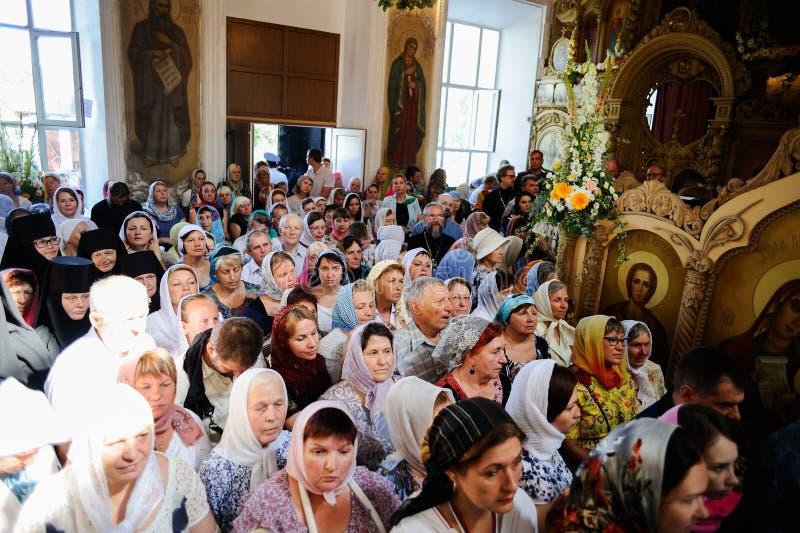 Orel, Russland, am 28. Juli 2016: Russland-Christianisierungsjahrestag göttliche Liturgie Menge von Leuten in der orthodoxen Kirc stockfotografie