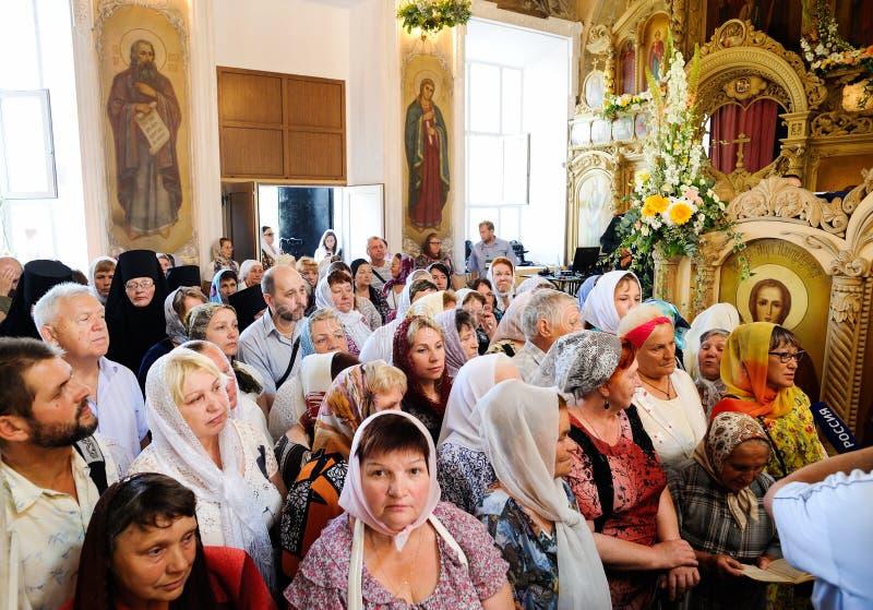 Orel, Russland, am 28. Juli 2016: Russland-Christianisierungsjahrestag göttliche Liturgie Menge von Leuten im Innenraum der ortho lizenzfreies stockbild