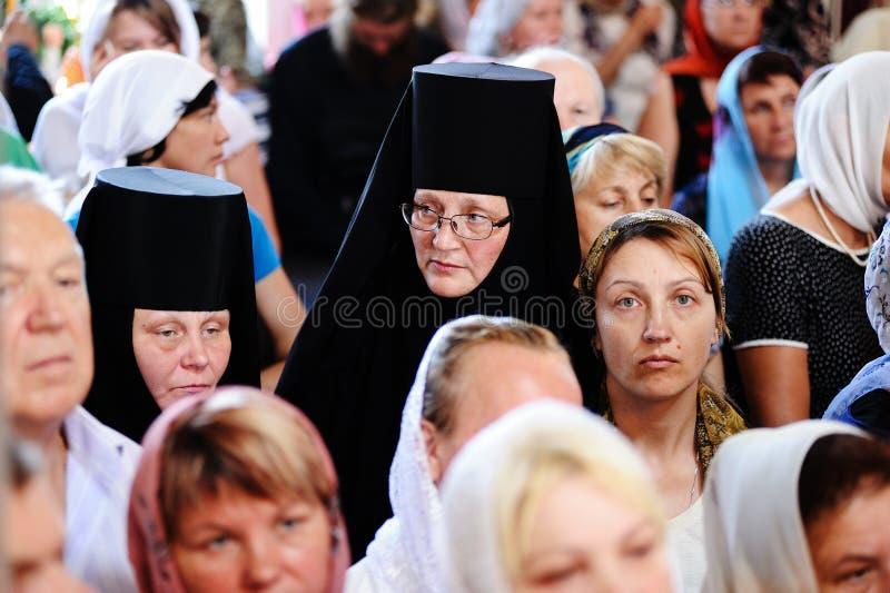 Orel, Russland, am 28. Juli 2016: Russland-Christianisierungsjahrestag göttliche Liturgie Nonnen in der Menge stockfotos