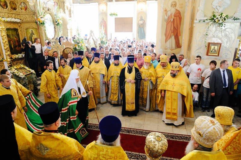 Orel, Russland, am 28. Juli 2016: Russland-Christianisierungsjahrestag göttliche Liturgie Patriarch Kirill in der festlichen Robe lizenzfreie stockfotografie