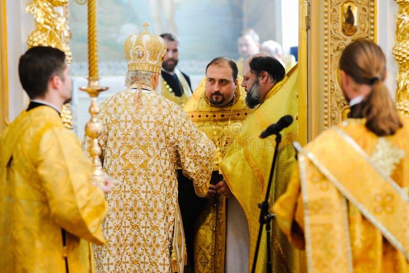 Orel, Russland, am 28. Juli 2016: Russland-Christianisierungsjahrestag göttliche Liturgie Priester im Altar der orthodoxen Kirche lizenzfreie stockfotografie