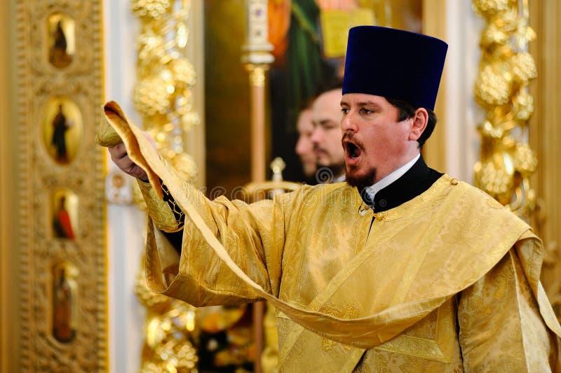 Orel, Russland, am 28. Juli 2016: Russland-Christianisierungsjahrestag göttliche Liturgie Priester im goldenen Roben-Gesanggebet stockfotografie