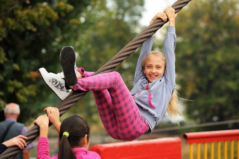 Orel, Russland, am 5. September 2015: Lächelnde kletternde Stahlüberrollschutzvorrichtung des Mädchens lizenzfreie stockbilder
