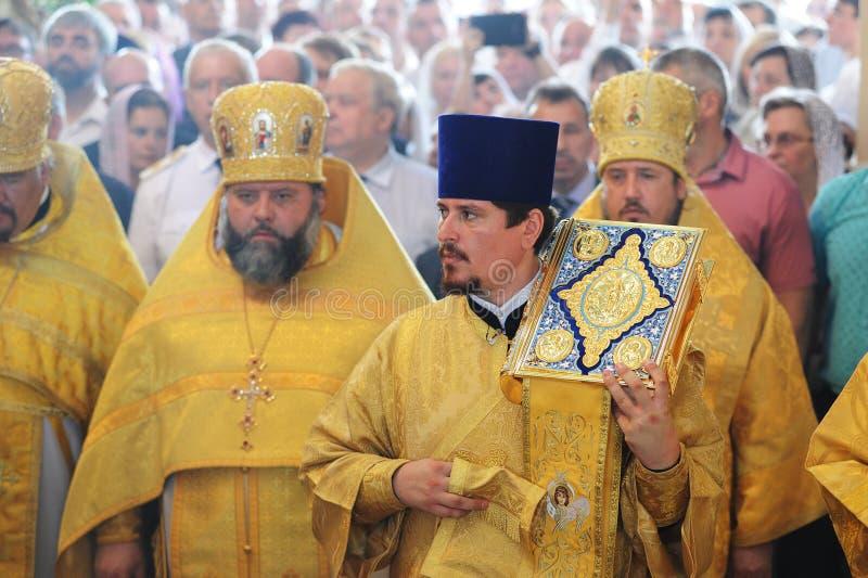 Orel Ryssland - Juli 28, 2016: Präst för Ryssland dopårsdag royaltyfria foton
