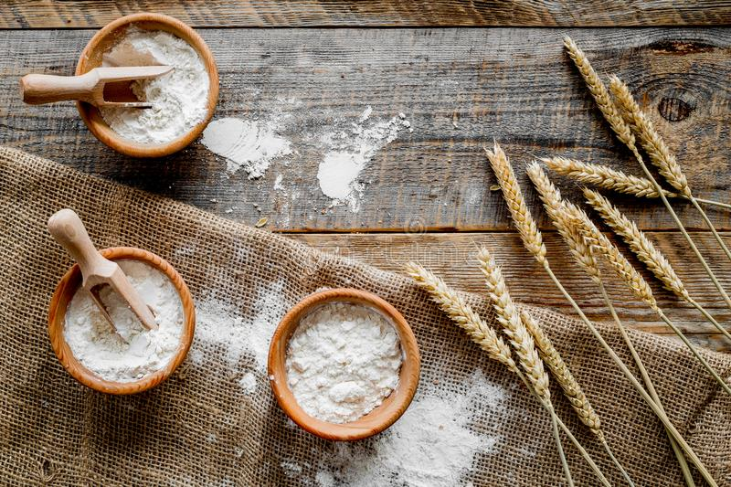 Orelha do trigo e do centeio para a produção da farinha na opinião superior do fundo de madeira da mesa imagens de stock