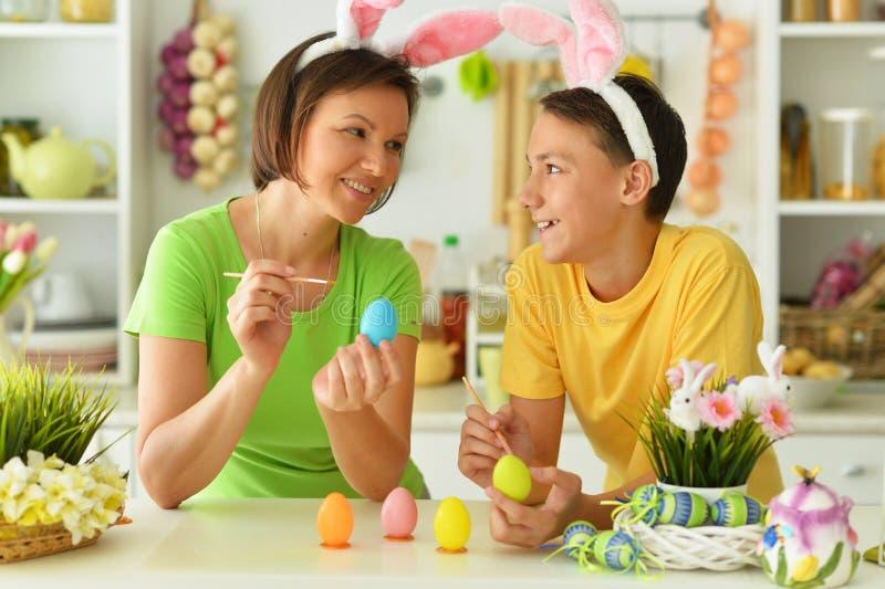 Orelhas de coelho vestindo felizes da mãe e do filho fotos de stock royalty free