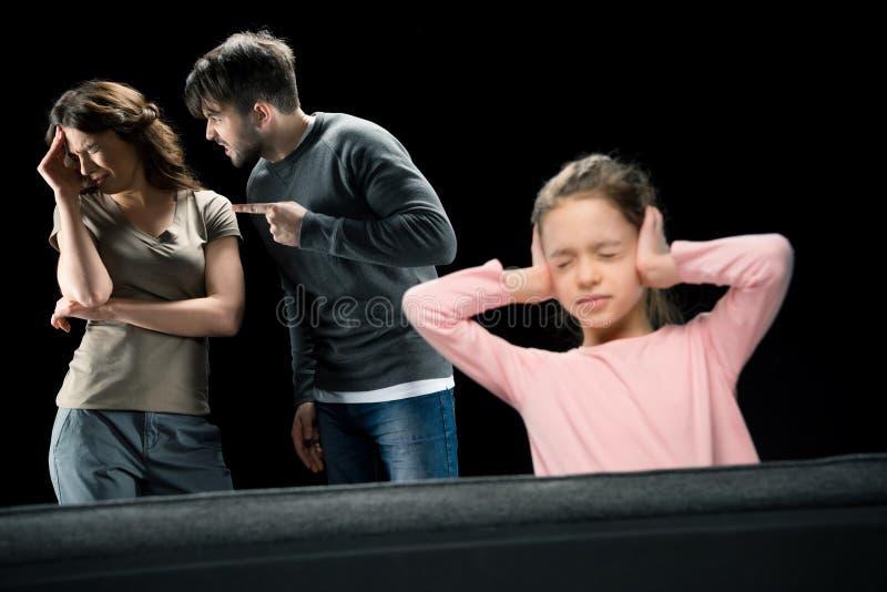 Orelhas de fechamento da menina quando pais que discutem, fotografia de stock royalty free