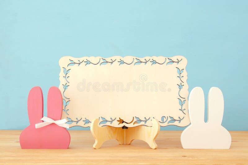 Orelhas de madeira coloridas bonitos do coelho sobre o fundo fotos de stock royalty free