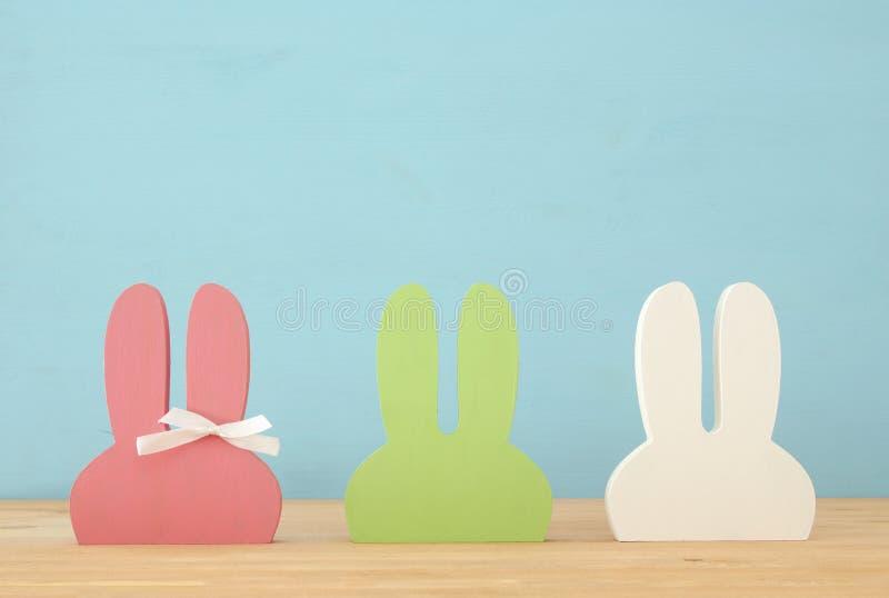 Orelhas de madeira coloridas bonitos do coelho sobre o fundo imagem de stock royalty free