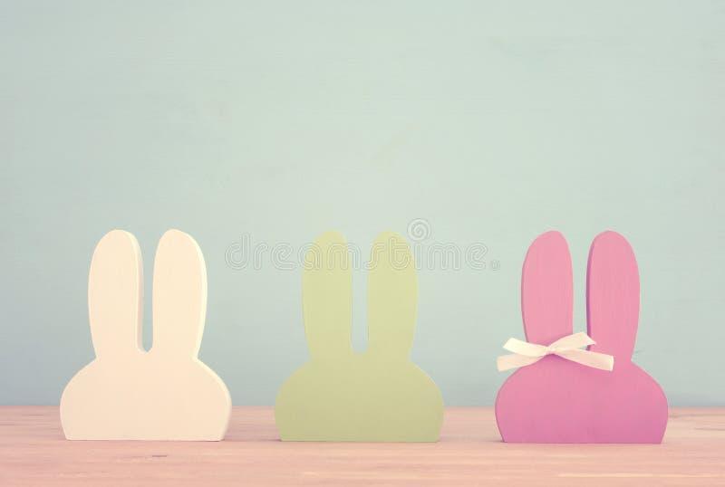 Orelhas de madeira coloridas bonitos do coelho sobre o fundo fotografia de stock