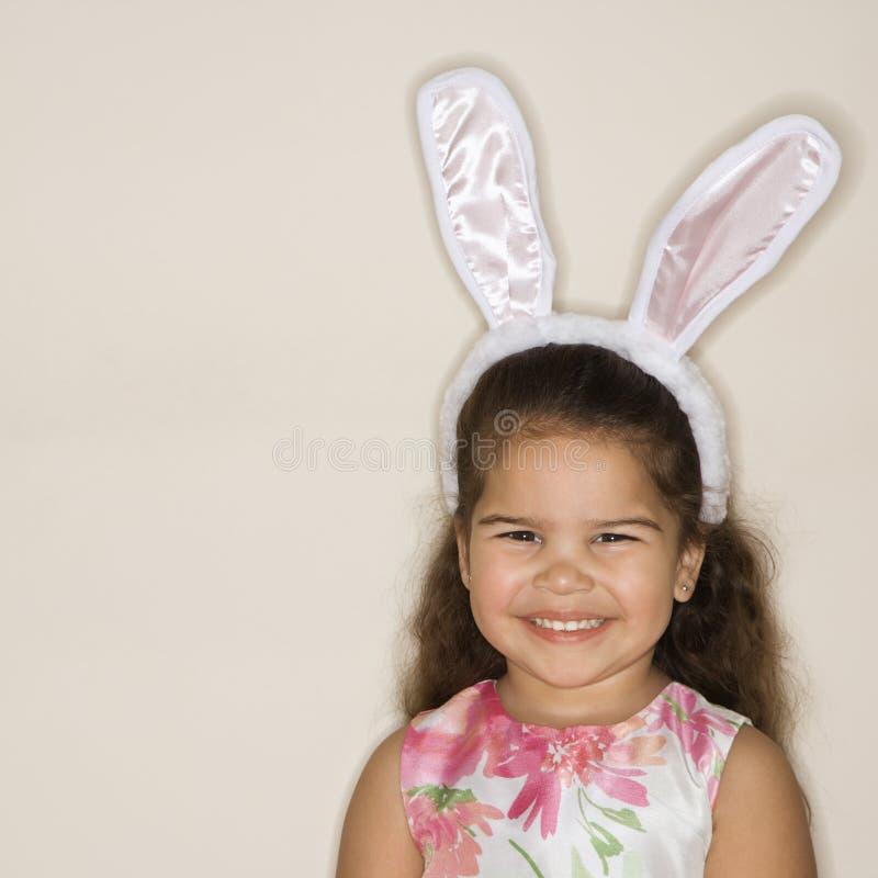 Orelhas desgastando do coelho da menina. fotografia de stock royalty free