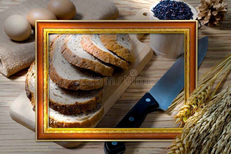 Orelhas do naco e do trigo do pão com moldura para retrato dourada antiga fotografia de stock