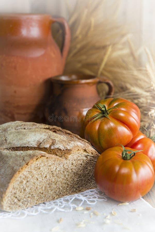 Orelhas do pão caseiro e do trigo foto de stock royalty free