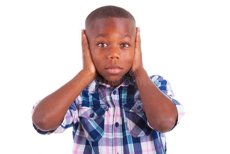 Orelhas escondendo do menino afro-americano - pessoas negras fotos de stock