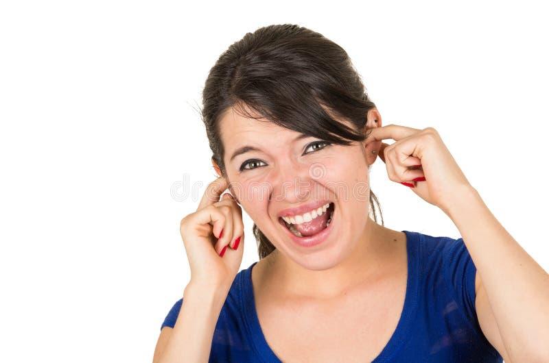 Orelhas infelizes irritadas novas da coberta da menina fotografia de stock royalty free