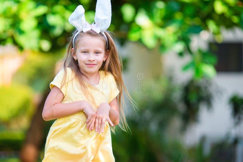 Orelhas vestindo do coelho da menina adorável na Páscoa fotografia de stock royalty free