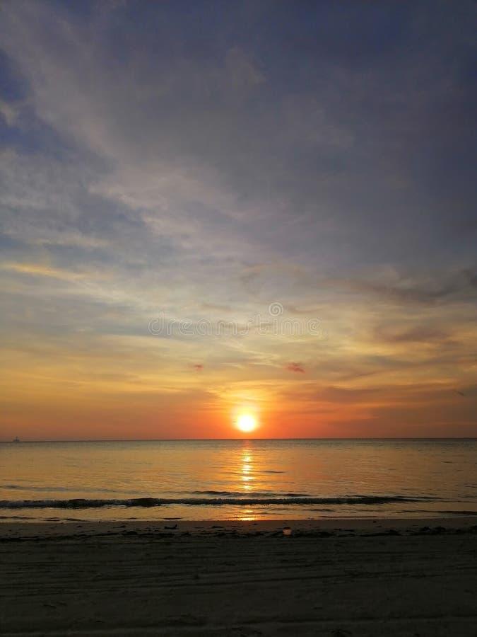 oren le coucher du soleil avec la belle nature photographie stock libre de droits