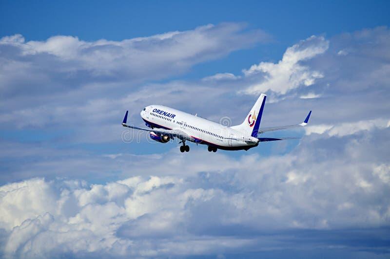 Orenair航空公司波音737-800飞机在天空飞行在从普尔科沃国际机场的离开以后圣徒Petersbu的 免版税图库摄影