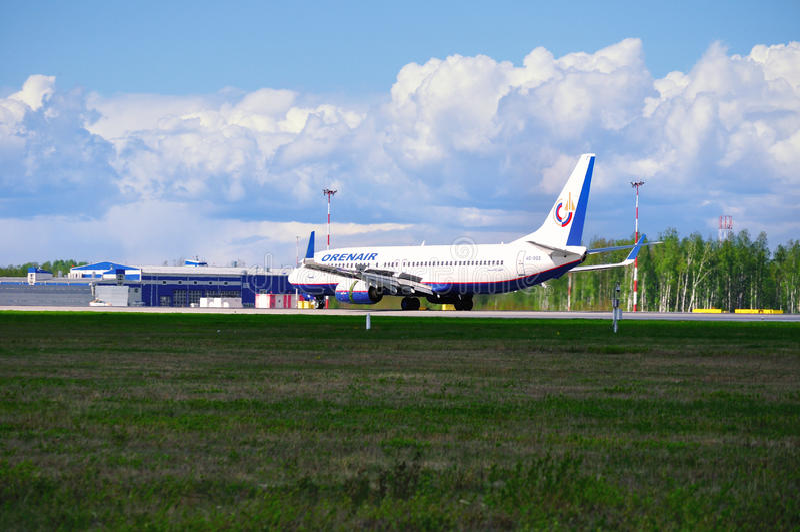 Orenair航空公司波音737-800飞机在普尔科沃国际机场登陆在圣彼德堡,俄罗斯 免版税库存照片