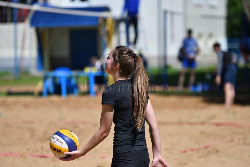 Orenbourg, Russie, année des 9-10 juin 2017 : Fille jouant le volleyball de plage photographie stock