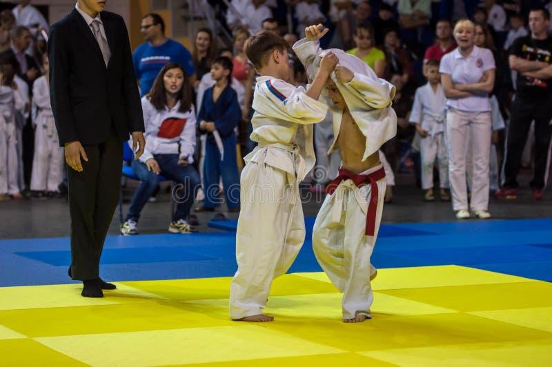Orenbourg, Russie - 16 avril 2016 : Les garçons concurrencent dans le judo images stock