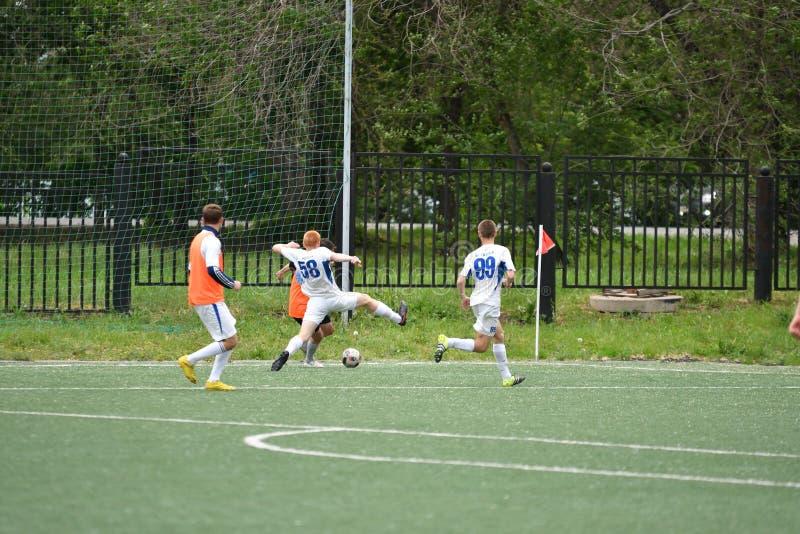 Orenbourg, Russie - 6 juin 2017 année : Le football de jeu de garçons photographie stock