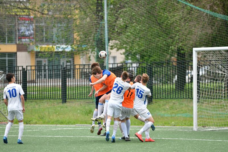Orenbourg, Russie - 6 juin 2017 année : Le football de jeu de garçons photographie stock libre de droits
