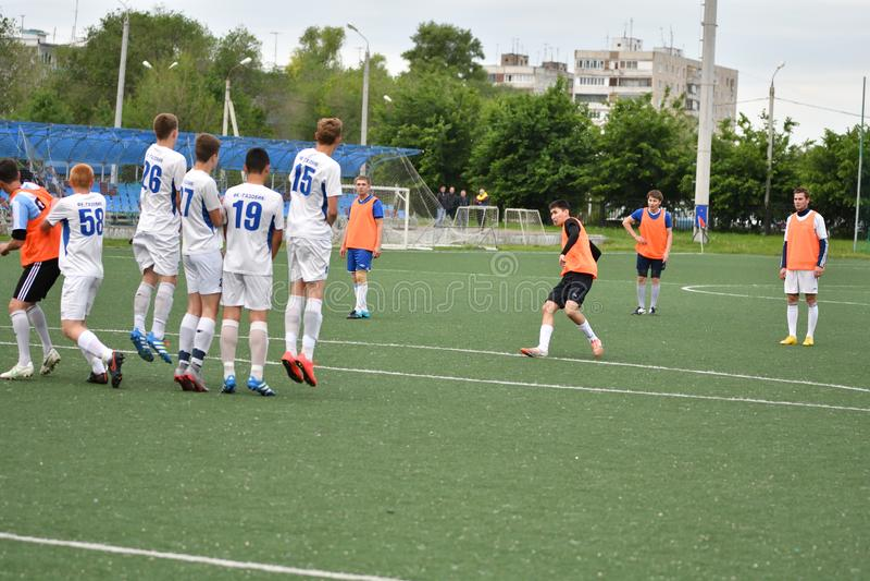 Orenbourg, Russie - 6 juin 2017 année : Le football de jeu de garçons images stock