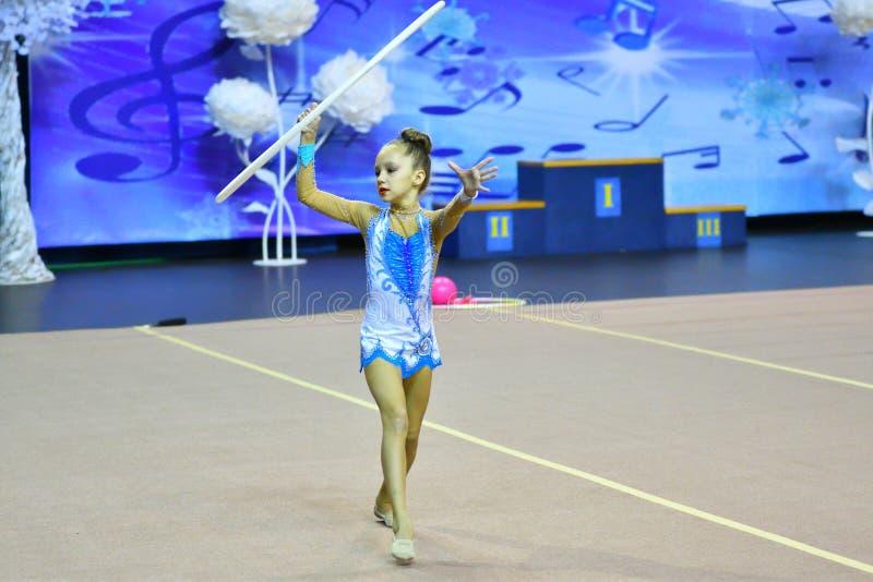 Orenbourg, Russie - 25 novembre 2017 année : la fille exécute des exercices avec le cercle gymnastique en gymnastique rythmique image libre de droits
