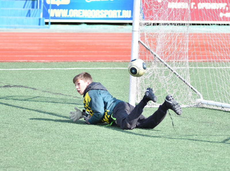 Orenburg, kwietnia 26, 2017 rok: chłopiec sztuki futbol fotografia royalty free