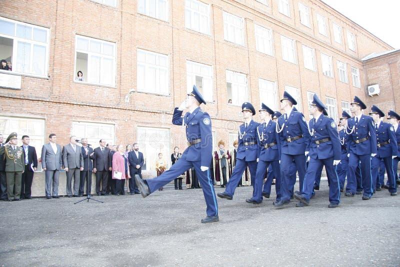 Orenburg Marcha de los cadetes 2010 En un fondo - bashkires en ropa nacional imagenes de archivo