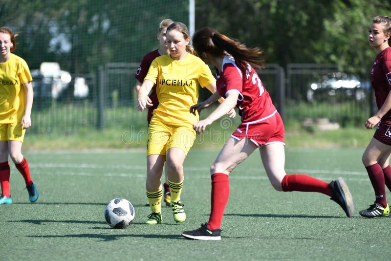 Orenburg, Rússia - 12 de junho de 2019 ano: As meninas jogam o futebol foto de stock