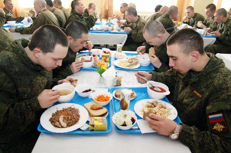 Orenburg, Rússia, sala de jantar em uma unidade militar 05 16 2008 fotos de stock royalty free