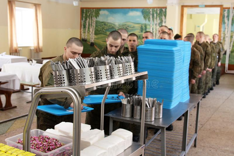 Orenburg, Rússia, sala de jantar em uma unidade militar 05 16 2008 fotos de stock