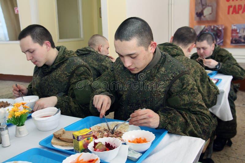 Orenburg, Rússia, sala de jantar em uma unidade militar 05 16 2008 imagens de stock royalty free