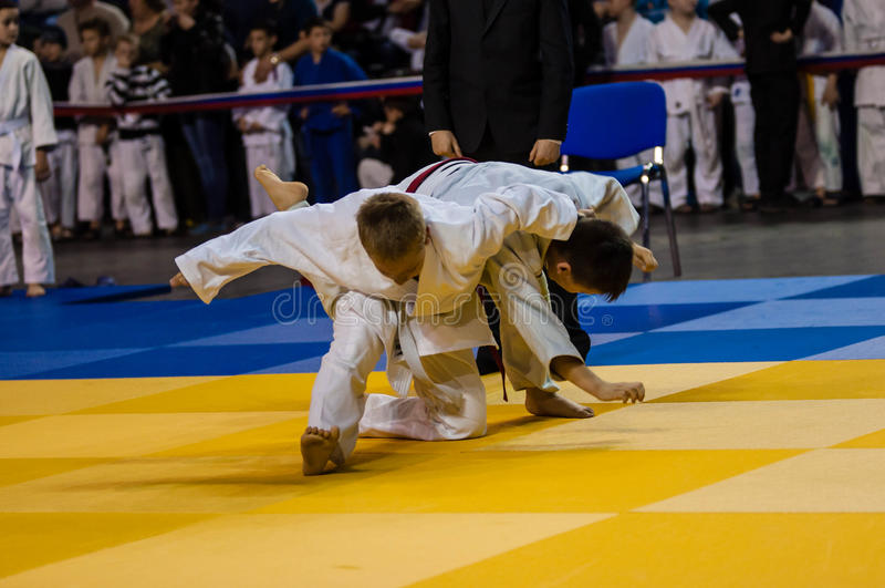 Orenburg, Rusia - 16 de abril de 2016: Los muchachos compiten en judo foto de archivo
