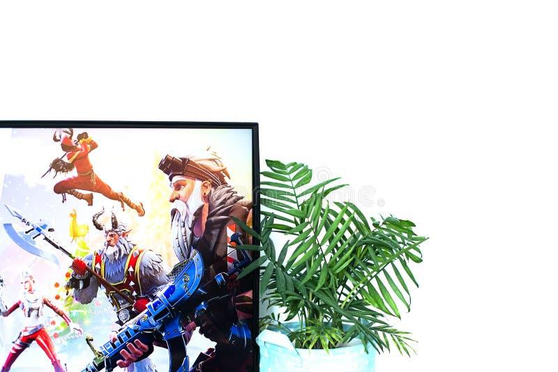 Orenburg, Rusland, Februari 2019 n computerspel fortnite in hoofdtelefoons en met een bedieningshendel, spelconsole, Sony Plays stock foto
