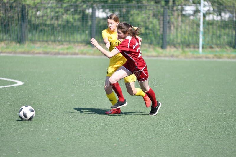 Orenburg, Rusland - 12 het jaar van Juni 2019: De meisjes spelen voetbal stock afbeelding