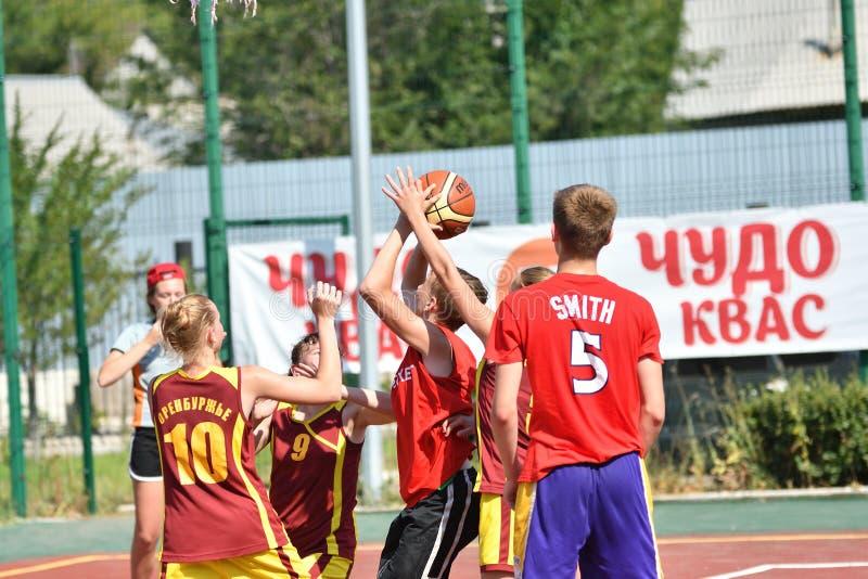 Orenburg, Rusland - Juli 30, het jaar van 2017: Meisjes en jongens het Basketbal van de spelstraat royalty-vrije stock fotografie
